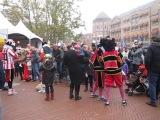 помощники Санта Клауса  с детками в городе ( Эйндховен - Нидерланды) 16.11.2013